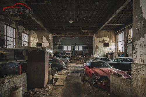 В здании заброшенной школы нашли редкие автомобили