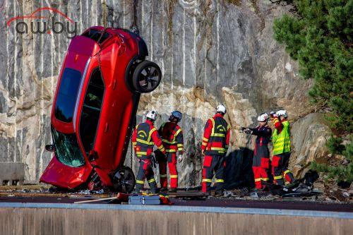 Volvo рассказала, зачем сбрасывать авто с 30-метровой высоты