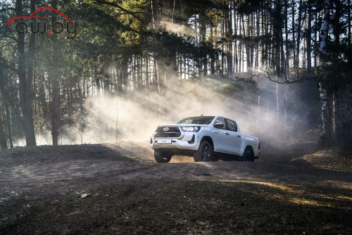 Пикап Toyota Hilux стал дешевле с новым мотором